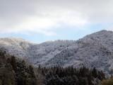 雪の残る朝の山