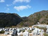 墓の背後には六甲山系