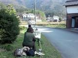 集落内にて水彩画制作中