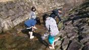 川遊びする子どもたち